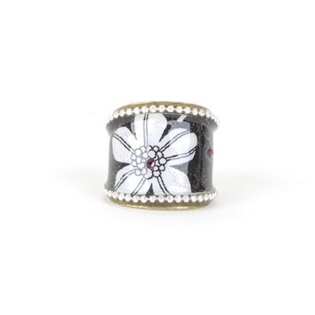 Ronde ring met witte bloem