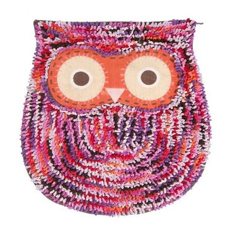 Vloerkleed of badmat in de vorm van een uil met kleurrijke lussen.
