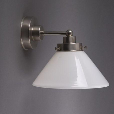 Wandlamp Cono met strak, matnikkel armatuur en opaline glaskap