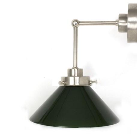 Wandlamp Cono met strak, matnikkel armatuur met extra verticale pendel en groene glaskap